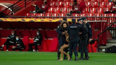 صورة مشجع عارٍ يقتحم ملعب مباراة مانشستر يونايتد وغرناطة بالدوري الأوروبي «صور»