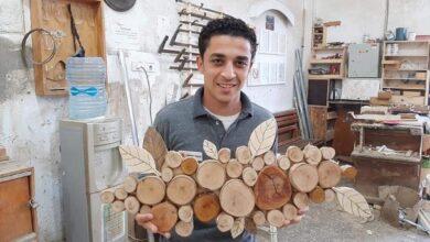 صورة من نجار إلى فنان تشكيلي.. كيف تحولت محنة حسام إلى منحة بعد بتر أصابعه؟