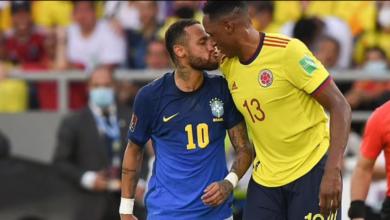 صورة نيمار يحاول تقبيل مدافع كولومبيا أثناء مباراتهم ضد البرازيل.. صور